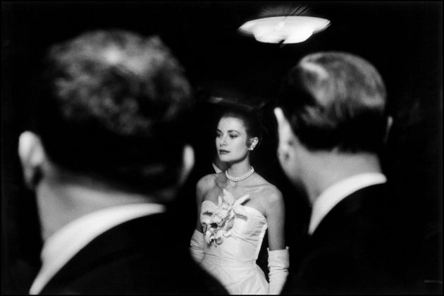 Elliott Erwitt, The engagement party of Grace Kelly and Prince Rainier of Monaco at the Waldorf-Astoria Hotel, New York City, USA, 1956 - © Elliott Erwitt - Magnum Photos