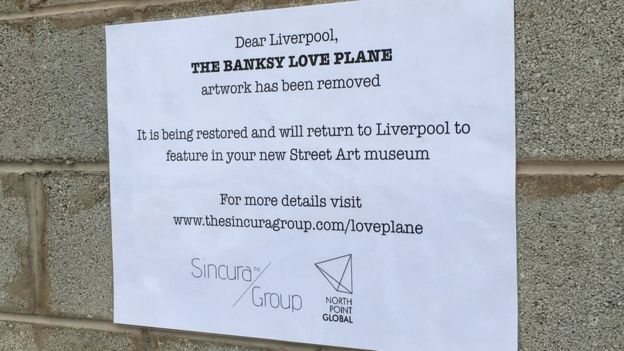 L'avviso riguardante lo strappo di Love plane di Banksy (foto bbc.com)