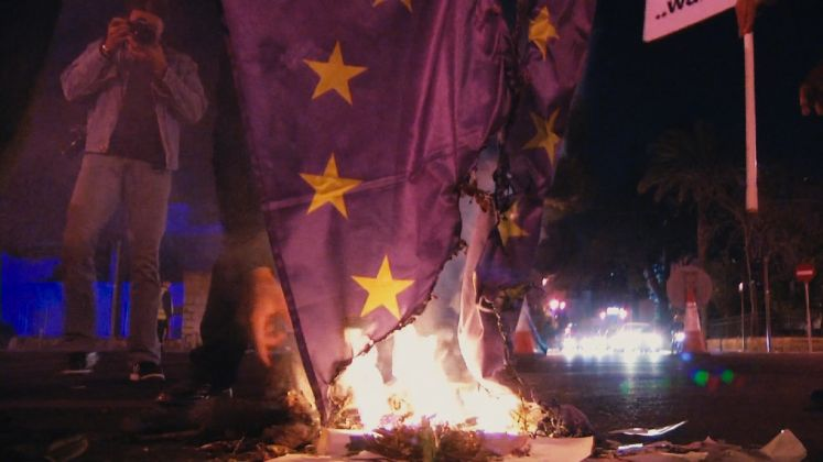 La bandiera dell'Europa in fiamme nel film di Antonella Piras - foto Springshot Production
