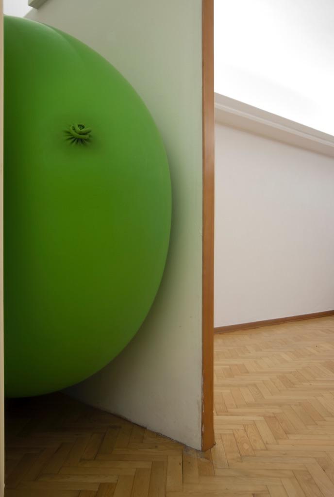 Daniele Pulze, The very very big green balloon's room, 2015 - latex balloon e comunicati stampa - courtesy l'artista