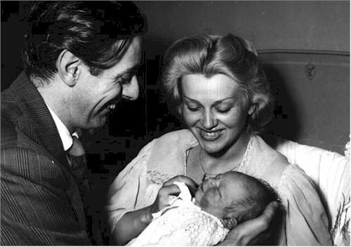 Dario Fo con Franca Rame alla nascita del figlio Jacopo, nel 1955