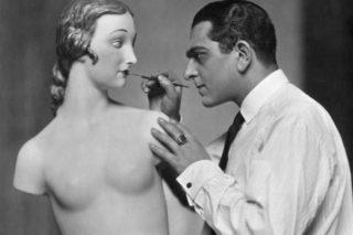 Karl Schenker fotografato mentra dipinge un manichino, 1920 ca.
