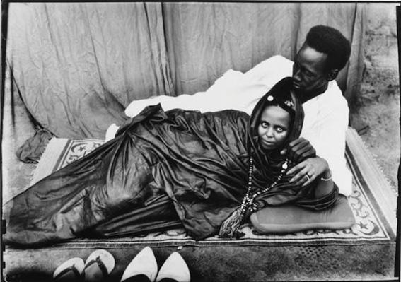 Seydou Keïta, Sans Titre. Couple allongé, 1952-55, printed 1997