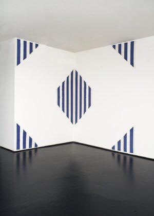Daniel Buren, Riflesso, une peinture en cinq parties pour deux murs, 1980