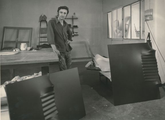 Agostino Bonalumi nel suo studio, Milano, 1972
