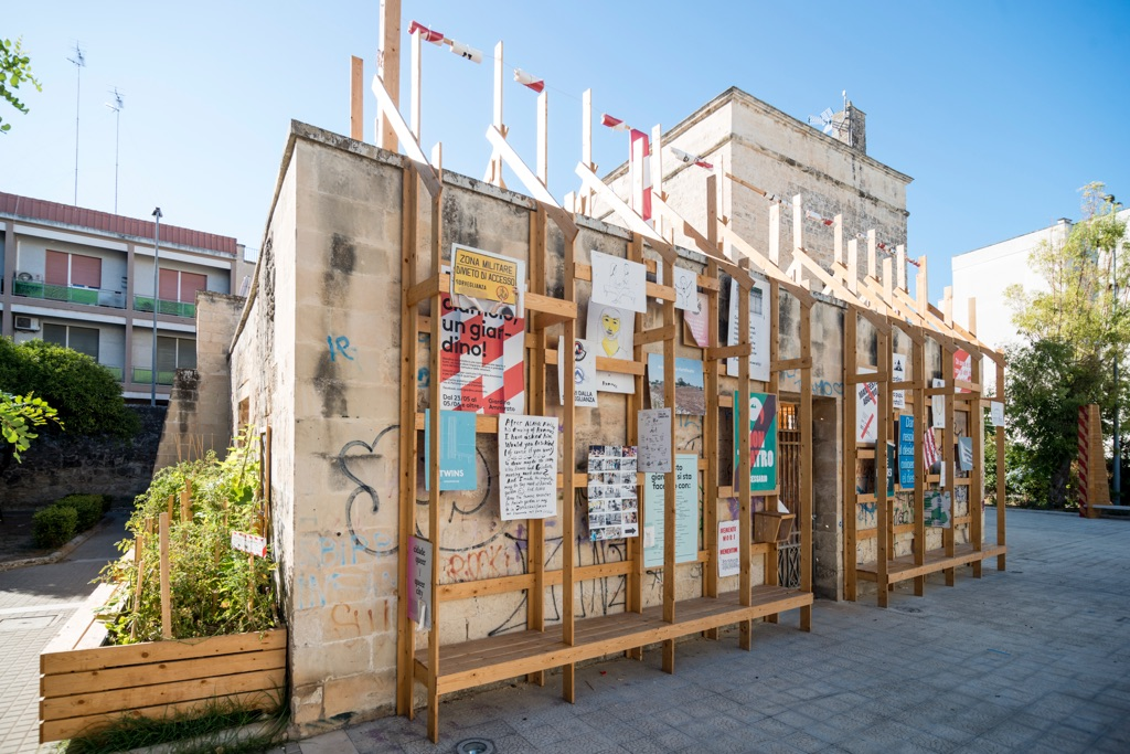 Ammirato Culture House, veduta dell'installazione del muro-bacheca realizzato con il collettivo ConstructLab, 2016, Lecce. Photo Marco Passaro