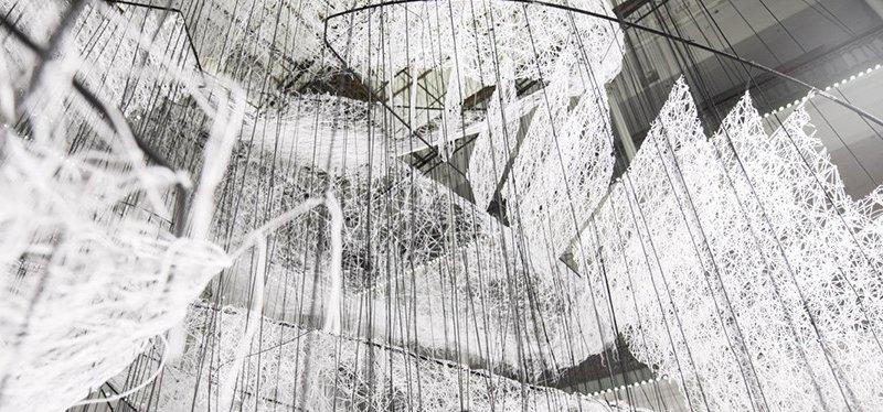 Chiharu Shiota, Where are you going?, Le Bon Marché, Parigi (foto Le Bon Marché, Gabriel de la Chapelle)