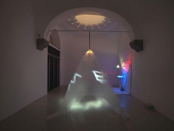 Eulalia Valdossera, Plastic Mantra, 2017, veduta della mostra, Studio Trisorio, Napoli