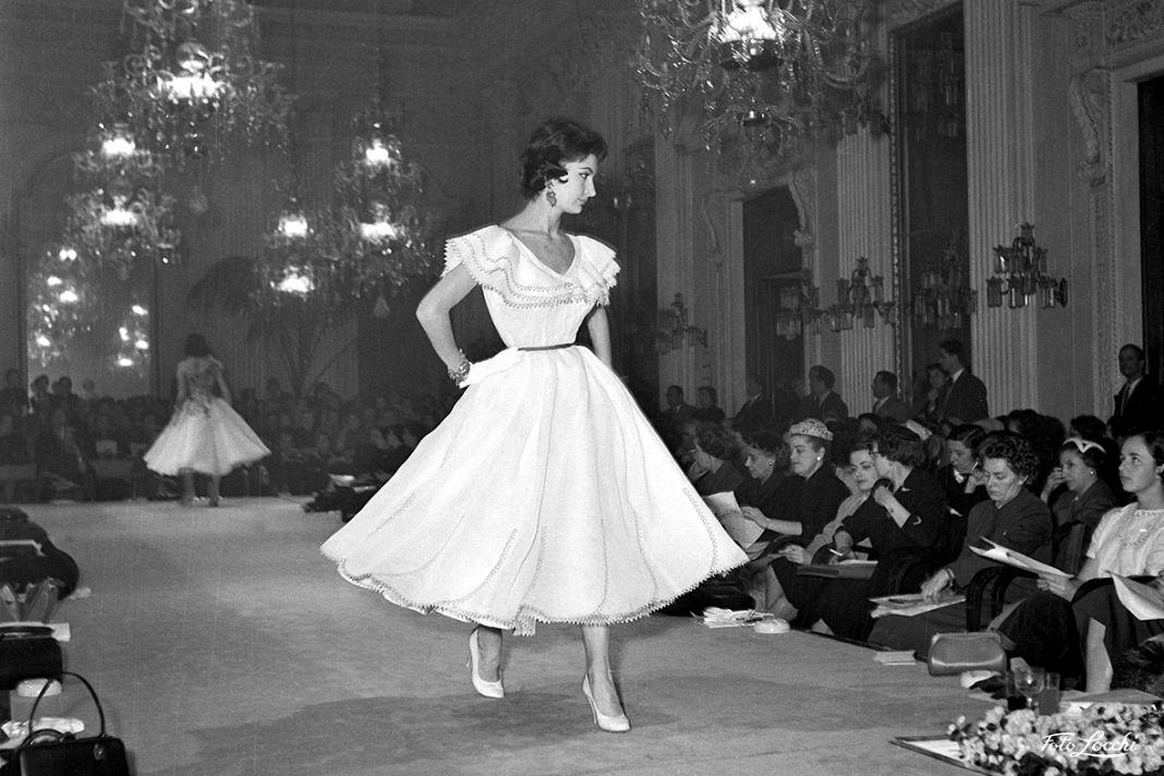 Gennaio 1955, Abiti da cocktail in passerella alla Sala Bianca, Palazzo Pitti © Archivio Foto Locchi