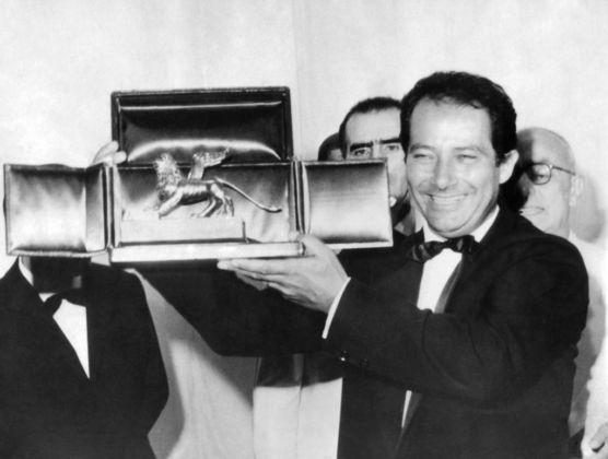 Gillo Pontecorvo con il Leone d'oro per La battaglia di Algeri, 1966