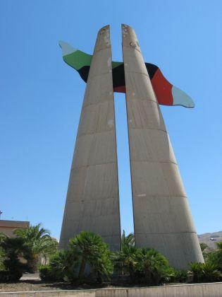 La Torre civica di Alessandro Mendini a Gibellina Nuova, foto Elisa by Flickr