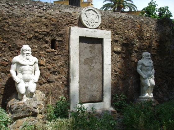 La porta magica nel Giardino di piazza Vittorio a Roma
