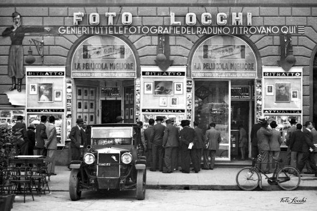 Lo studio d'arte e tecnica fotografica Foto Locchi nella sua storica sede di Piazza della Repubblica nel 1936 © Archivio Foto Locchi