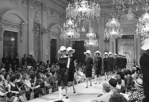 Luglio 1962, Sfilata di cappellini in Sala Bianca, Palazzo Pitti © Archivio Foto Locchi