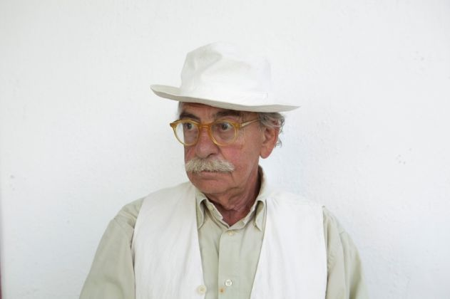 Ritratto di Ugo La Pietra (foto Aurelia Raffo). Courtesy Archivio Ugo La Pietra, Milano