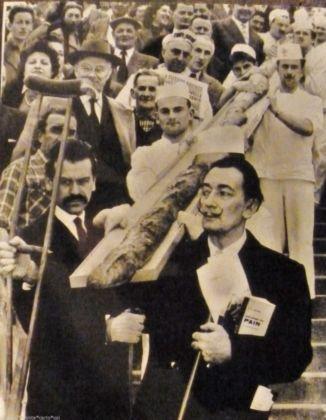 Salvador Dalí con una baguette lunga 12 metri, Parigi 1958