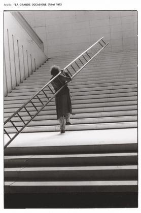 Ugo La Pietra, La grande occasione, film (1973), foto di scena di Aurelia Raffo, 1972. Courtesy Archivio Ugo La Pietra, Milano