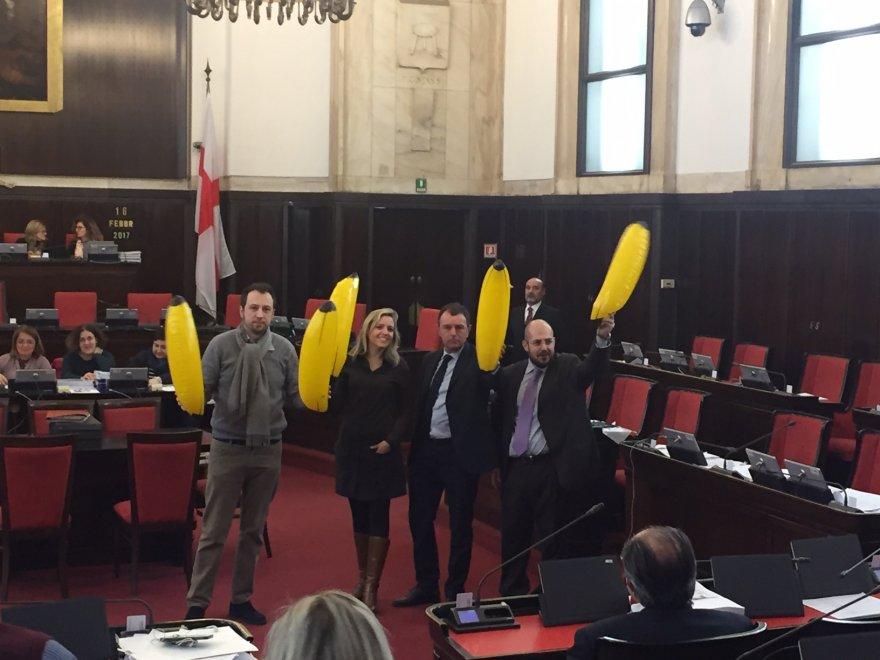 Banane gonfiabili in aula, a Palazzo Marino, per protestare contro le palme