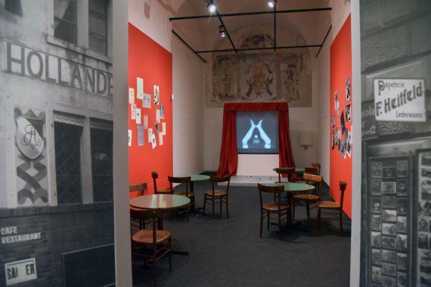 Dada 1916. La nascita dell'antiarte. Exhibition view at Museo di Santa Giulia, Brescia 2017. Ricostruzione del Cabaret Voltaire