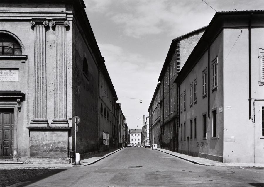 Gabriele Basilico, Via Sgarzeria, 1994, Galleria civica di Modena - un classico scatto urbano del fotografo, dedicato a uno scorcio di Modena