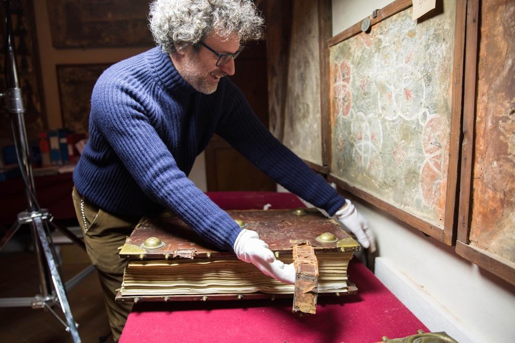 Il codice manoscritto prima del restauro. Photo Kirsten Hills