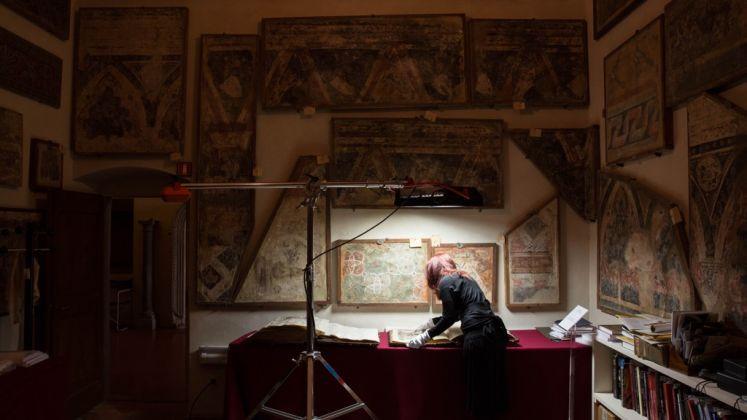 Il direttore di AWA Linda Falcone esamina il codice manoscritto conservato al Museo di San Marco. Photo Kirsten Hills