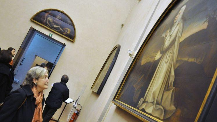 Jane Fortune osserva una lunetta di Plautilla Nelli nel cenacolo di San Salvi. Photo Leo Cardini