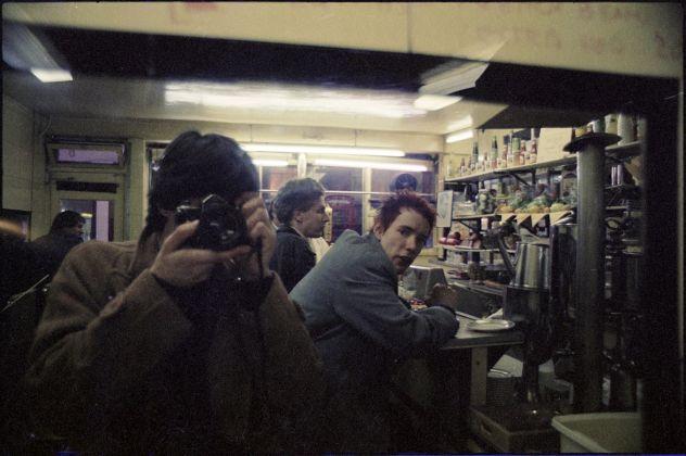John Tiberi con J Lydon e Malcolm Mclaren. Soho, London, 1977