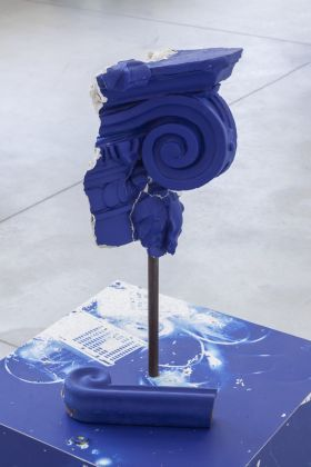 Mike Nelson, Cloak of rags (Tale of a dismembered bank, rendered in blue), 2017, Installation view, courtesy dell'artista e della Galleria Franco Noero, Torino. Foto: Sebastiano Pellion Di Persano