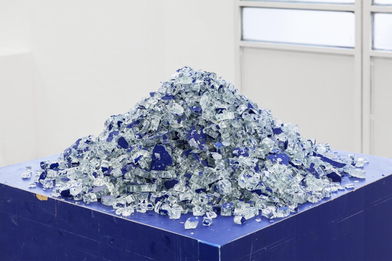Mike Nelson, Cloak of rags (Tale of a dismembered bank, rendered in blue), 2017, Installation view, courtesy dell'artista e della Galleria Franco Noero, Torino. Foto: Sebastiano Pellion Di Persano