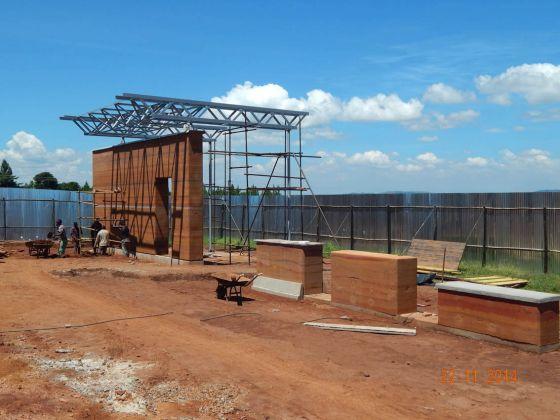 Mock up – costruzione del prototipo di muratura con la tecnica del pisè © Emergency NGO Technical department