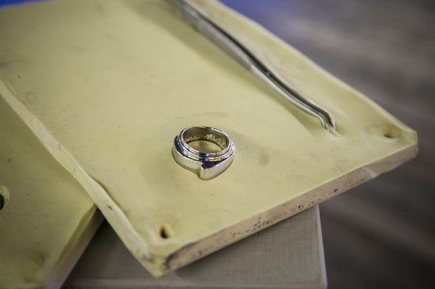 Mustafa Sabbagh. L'anello cerotto di Paolo Mangano, inserito in un calco dal sapore ottocentesco, da estrarre con una pinza chirurgica. Photo Kim Mariani