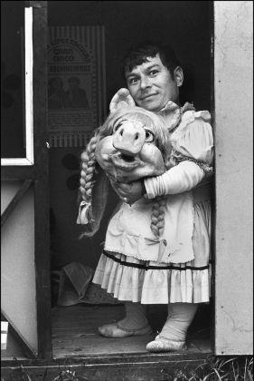 Paz Errázuriz, Miss Piggy II, Santiago, de la serie El circo, 1984