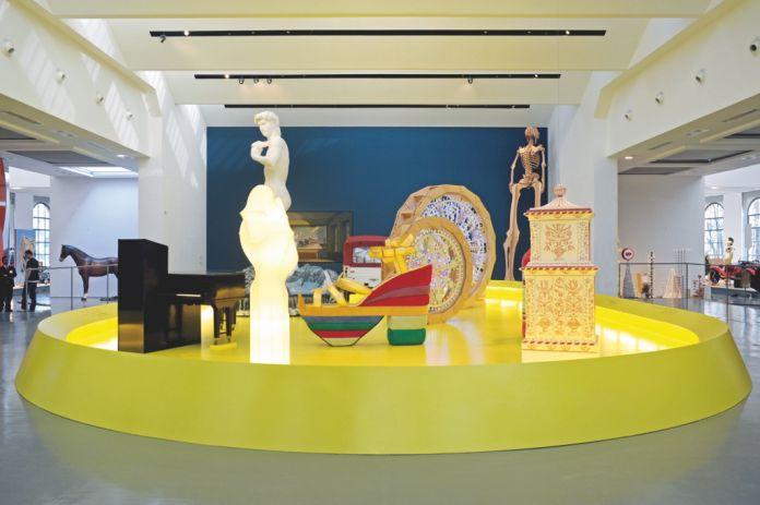Pierre Charpin, scenografia per la mostra Quali cose siamo curata da Alessandro Mendini al Triennale Design Museum di Milano, 2011. Photo Atelier Charpin