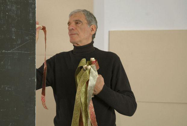 Renato Mambor mentre allestisce un Séparé, 2007