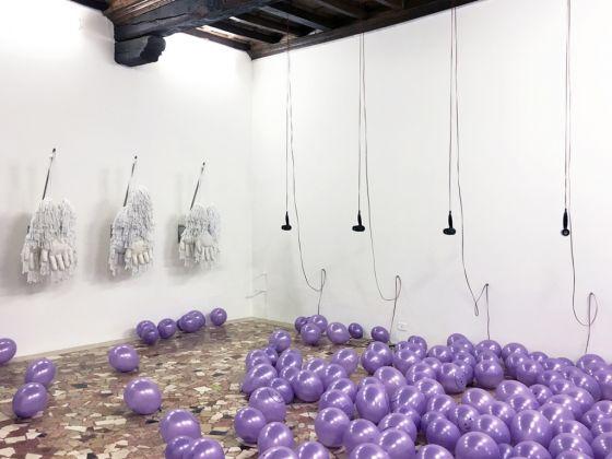 Simone Monsi, Spero che questo trasloco sia l'ultimo. Exhibition view at Placentia Arte, Piacenza 2017. Photo credits Marco Fava