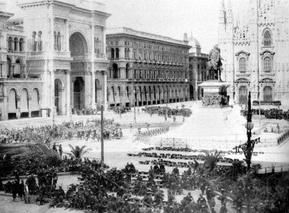 Una foto storica di Piazza Duomo, dove si scorgono delle palme