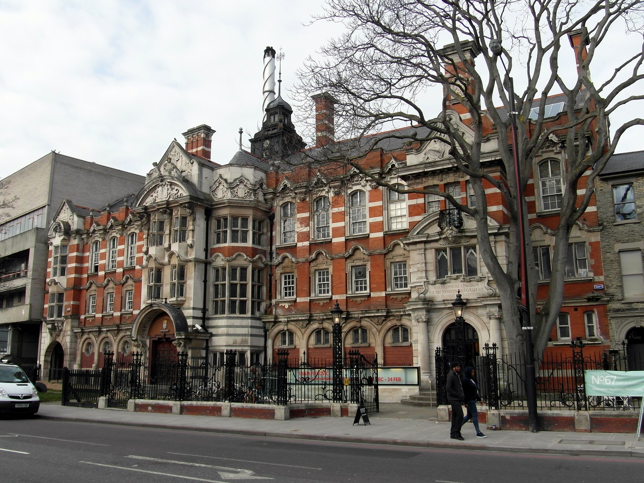 A destra, in primo piano, la South London Art Gallery, accanto alla Camberwell School of Arts, Londra. Ph. by Reading Tom via Flickr
