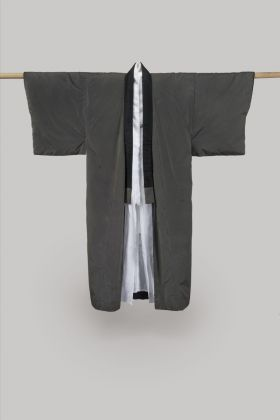 Georgia O'Keeffe clothe - Padded Kimono (Tanzen), circa 1960s–70s. Silk with woven black and gray stripe. Inner garment: Kimono. White linen (?). Georgia O'Keeffe Museum, Santa Fe, N.M.; Gift of Juan and Anna Marie Hamilton, ph. © Gavin Ashworth