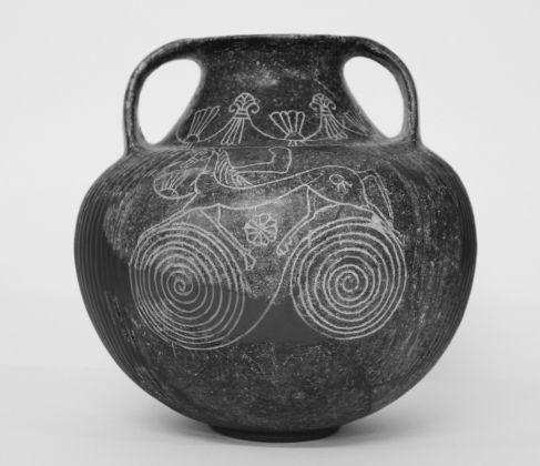 Anfora. Impasto, altezza cm 24,3. Territorio falisco-capenate, secondo e terzo quarto del VII secolo a. C. Museo d'arte etrusca, Milano