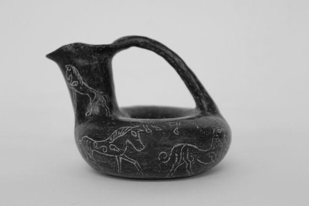Askòs. Bucchero, altezza cm 8. Etruria meridionale, 630 - 620 a.C. Museo d'arte etrusca, Milano