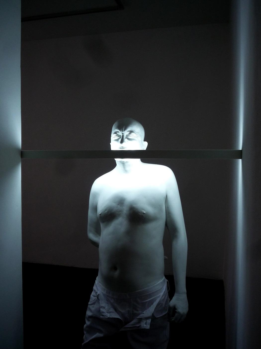 Intuition, Palazzo Fortuny, Venezia - Bernardi Roig, An Illuminated Head for Blinky P., 2010 Resina di poliestere polvere di marmo, luce fluorescente, 177,8x64,77x30,48 cm Courtesy Galerie KEWENIG, Berlin, Palma. © Silvia León