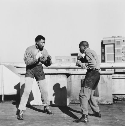Bob Gosani, Treason Trial. End of Round One Mandela boxing on the roof top of a building in Johannesburg, 1957, 2010, © l'artista