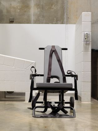 Camp 6, Immediate Mobile Force-Feeding Chair, dalla serie Guantanamo. If the Light Goes Out © Edmund Clark, courtesy Flowers Gallery, Londra & New York