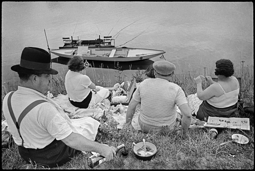 Domenica sulla riva della Senna, Francia, 1938. © Henri Cartier-Bresson - Magnum Photos