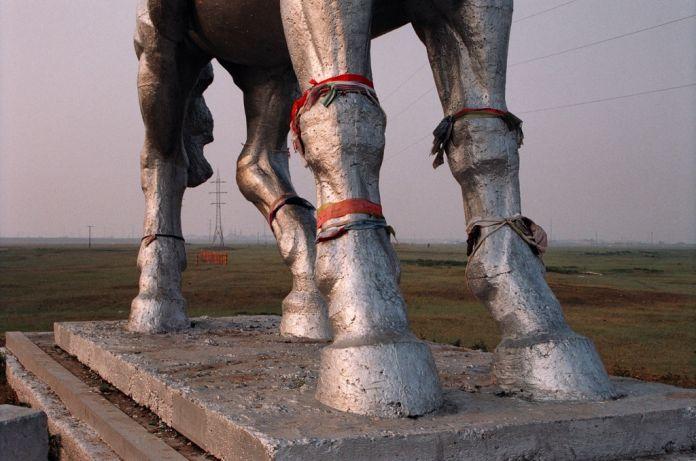 G. Kasmalieva & M. Djumaliev, Untitled (Horse), dalla serie New Menhirs, 2005, C-print, 60x90cm, Courtesy Laura Bulian Gallery