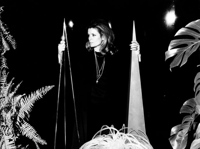 Gabriella Crespi nel 1969 tra i suoi Obelischi