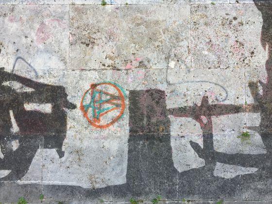 Un dettaglio degli sfregi all'opera di Kentridge, a Roma