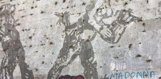 Il muro di Kentridge a Roma sfregiato dalle scritte