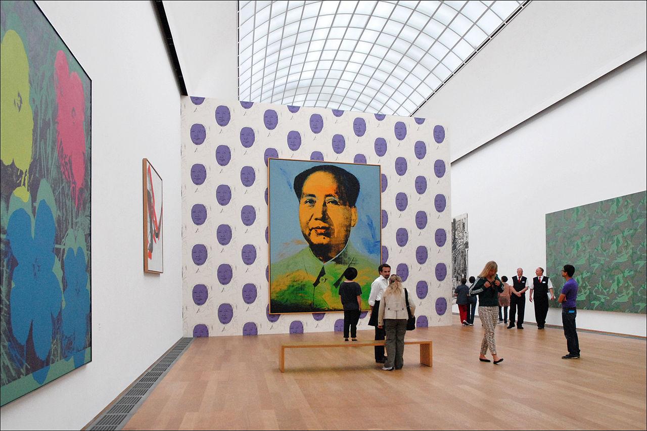 La sala Andy Warhol all'Hamburger Bahnhof di Berlino, con uno dei suoi tanti lavori sul Presidente Mao